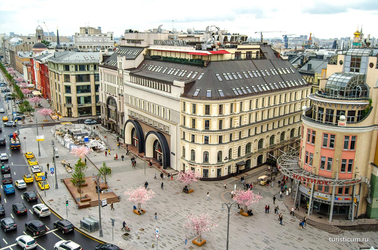 85a2dea63200 К нему можно выйти с пешеходной улицы Никольской, которая начинается от  Красной площади. С двух сторон «Детский мир» выходит фасадом на Театральную  площадь ...